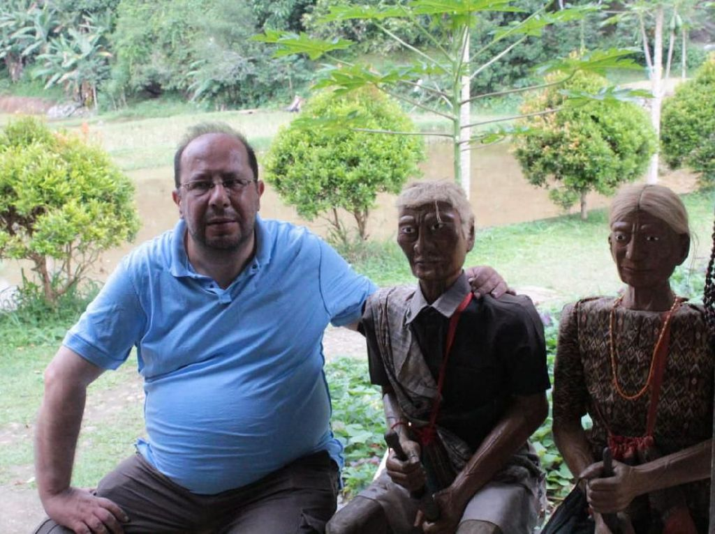 Turis Prancis Masuk Gua Londa Toraja: Man Its Amazing!
