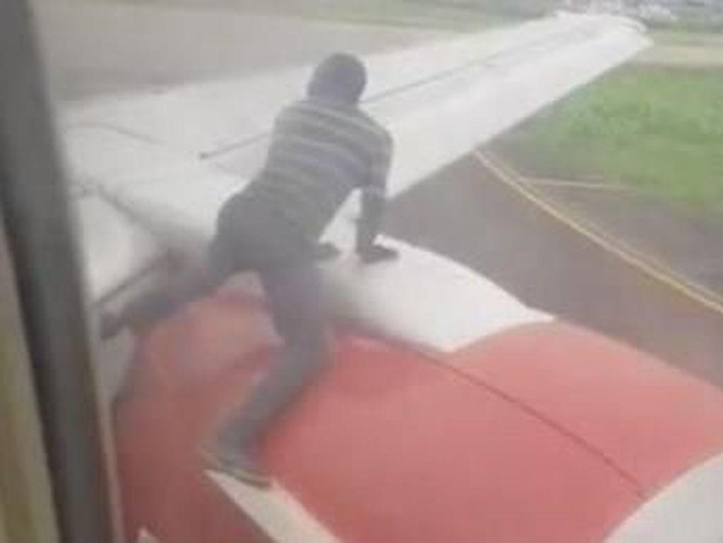 Ngeri! Pria Nigeria Nekat Panjat Sayap Pesawat Saat Hendak Lepas Landas