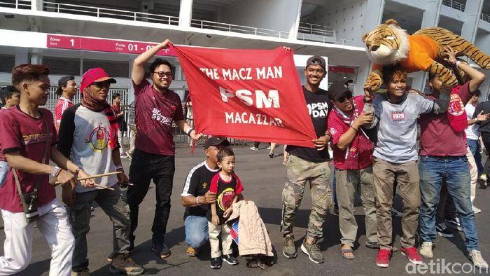 Suporter PSM Makassar di GBK jelang final Piala Indonesia. (Amalia Dwi Septi/detikSport)