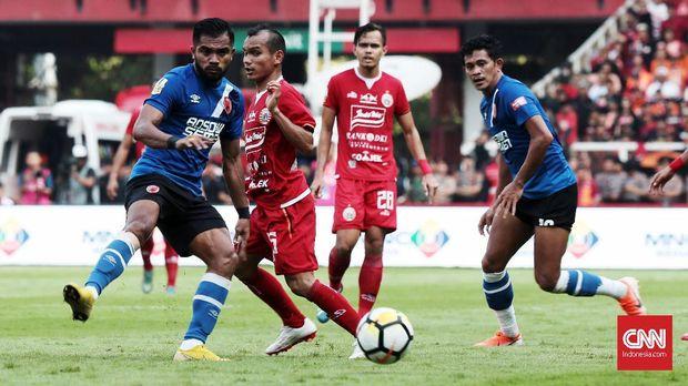 Zulham Zamrun (kiri) juga berhasil menyabet gelar top skor Piala Indonesia.