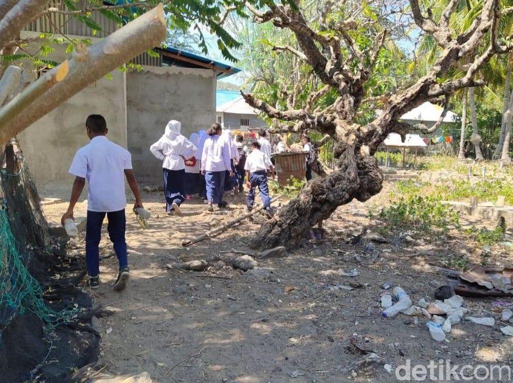 Serunya Para Siswa Bersih-bersih Sampah di Pulau Rinca
