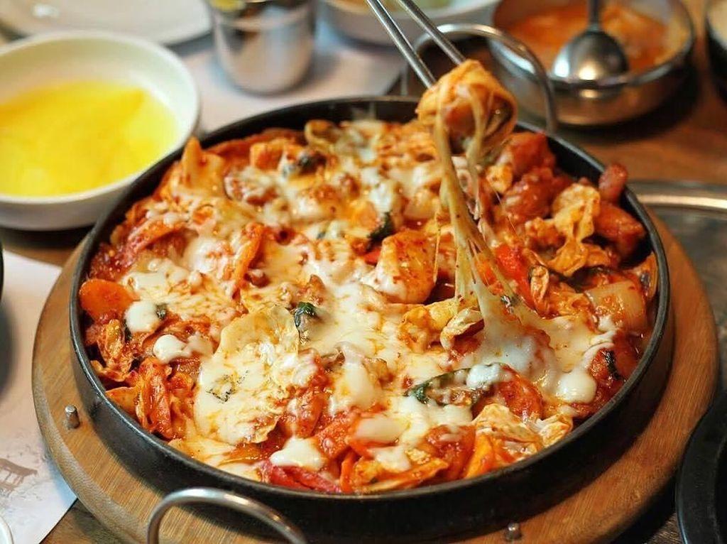 Kenyang Makan Sekaligus Hangout Malam di 5 Tempat Makan di Central Park