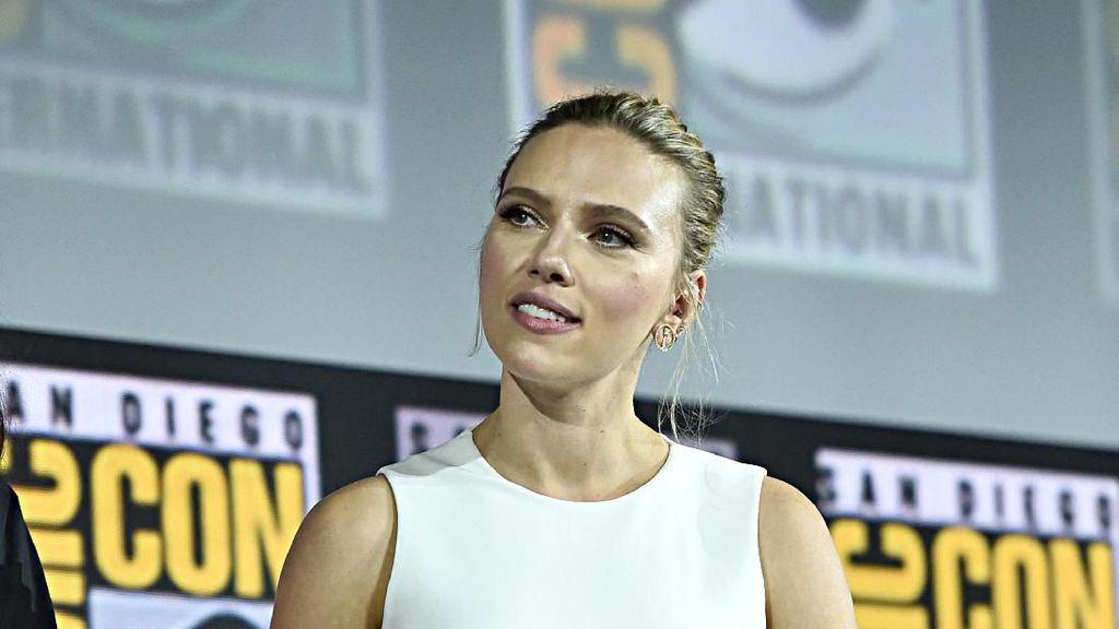 Scarlett Johansson Pamer Tatonya yang Jarang Terlihat di Comic Con 2019