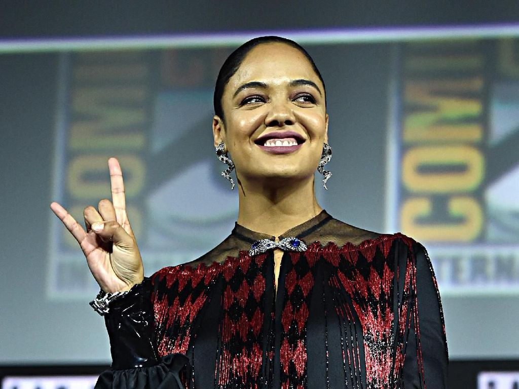 Jadi Pahlawan LGBT Pertama Marvel, Tessa Thompson Stylish di Comic Con