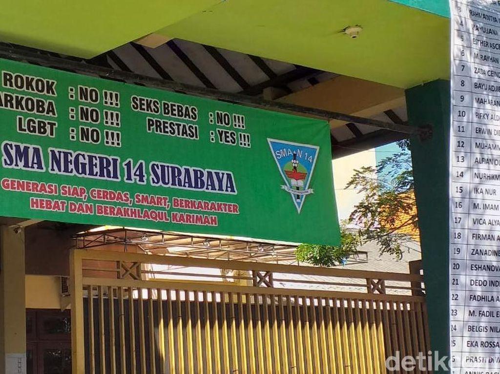 Spanduk SMAN 14 Surabaya yang Bertuliskan Prestasi: No Sudah Diganti