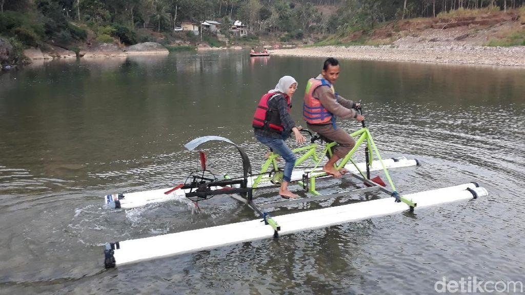 Foto: Sepedaan di Atas Sungai Oya Bantul