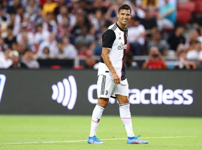 Cristiano Ronaldo dikabarkan protes ke Maurizio Sarri akibat diganti di tengah babak kedua (Pakawich Damrongkiattisak/Getty Images)