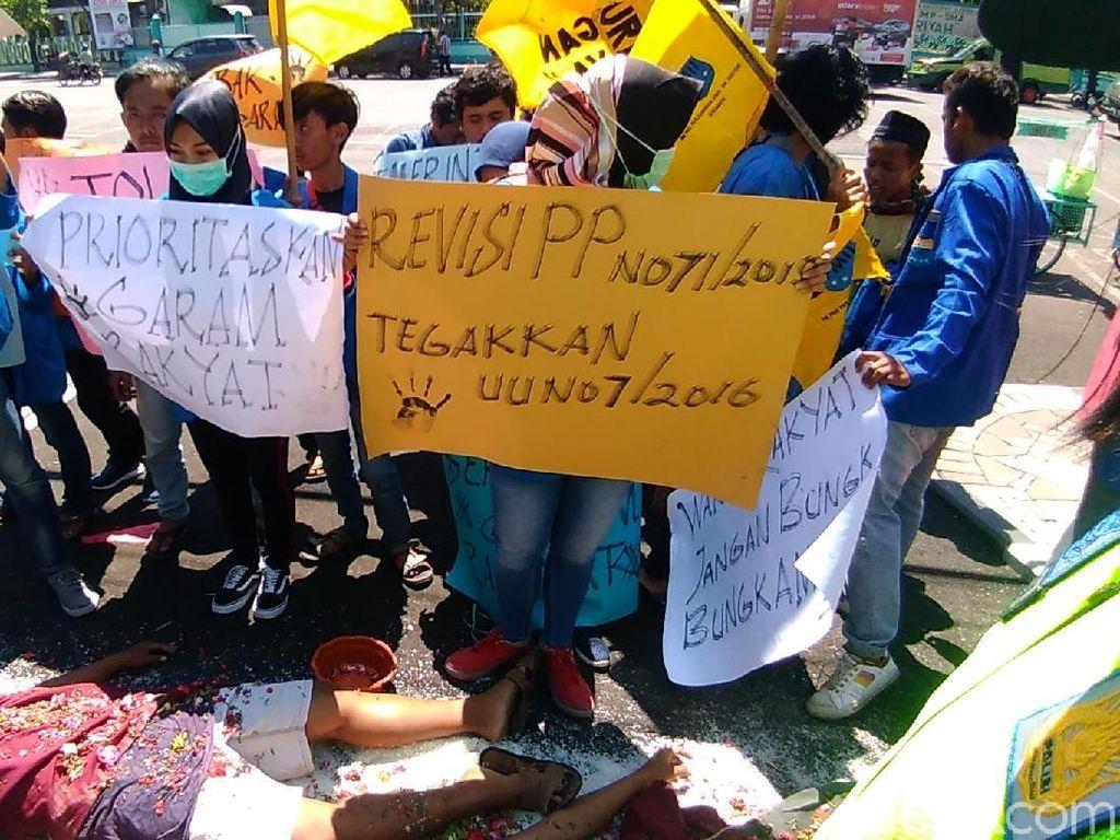 Puluhan Mahasiswa Demo Soal Harga Garam yang Anjlok Hingga Rp 350/Kg