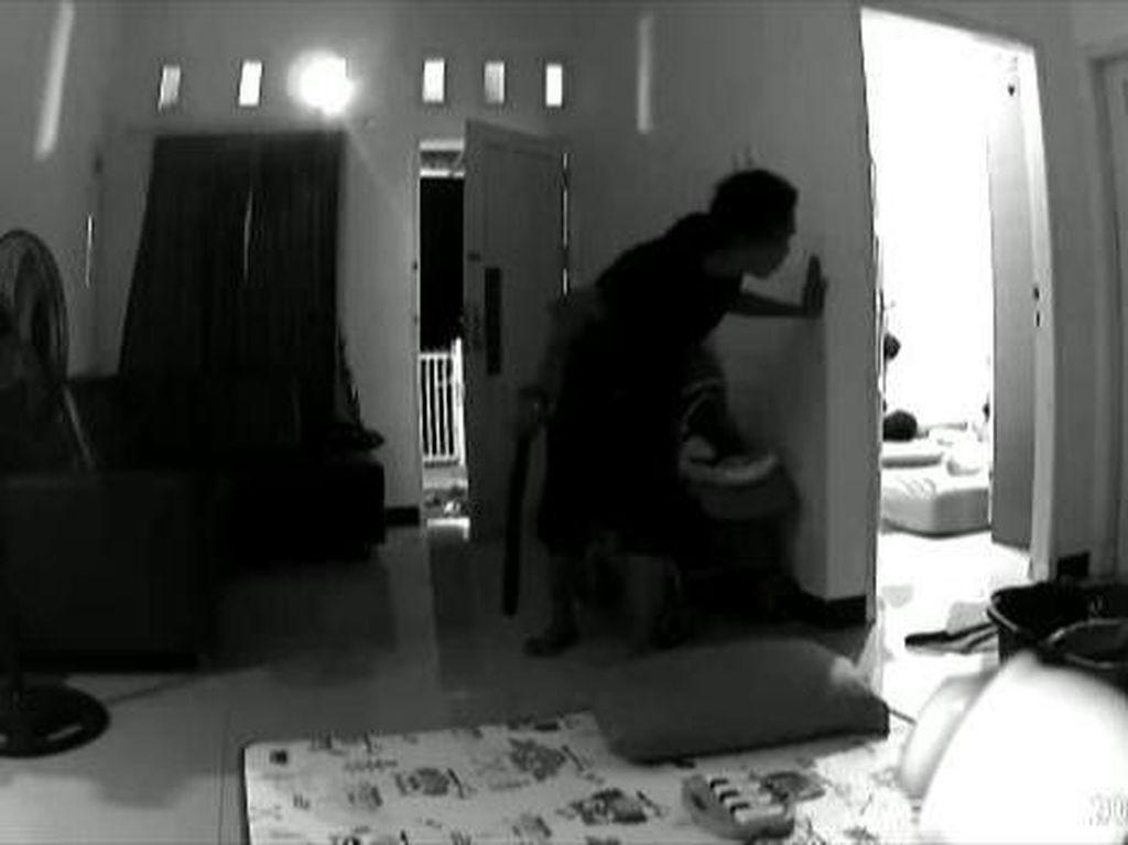 Terekam CCTV, Aksi Senyap Pencuri Intip Dulu Pemilik Rumah Lalu Beraksi