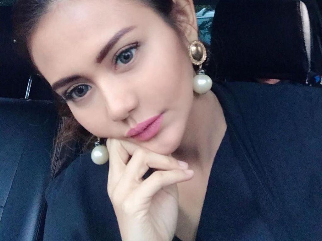 Juliana Moechtar Sering Peluk Baju Almarhum Herman Seventeen