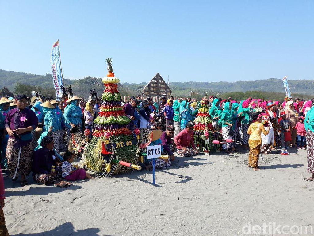 Sakralnya Labuhan Bekti Pertiwi Pisungsung Jaladri di Pantai Parangkusumo