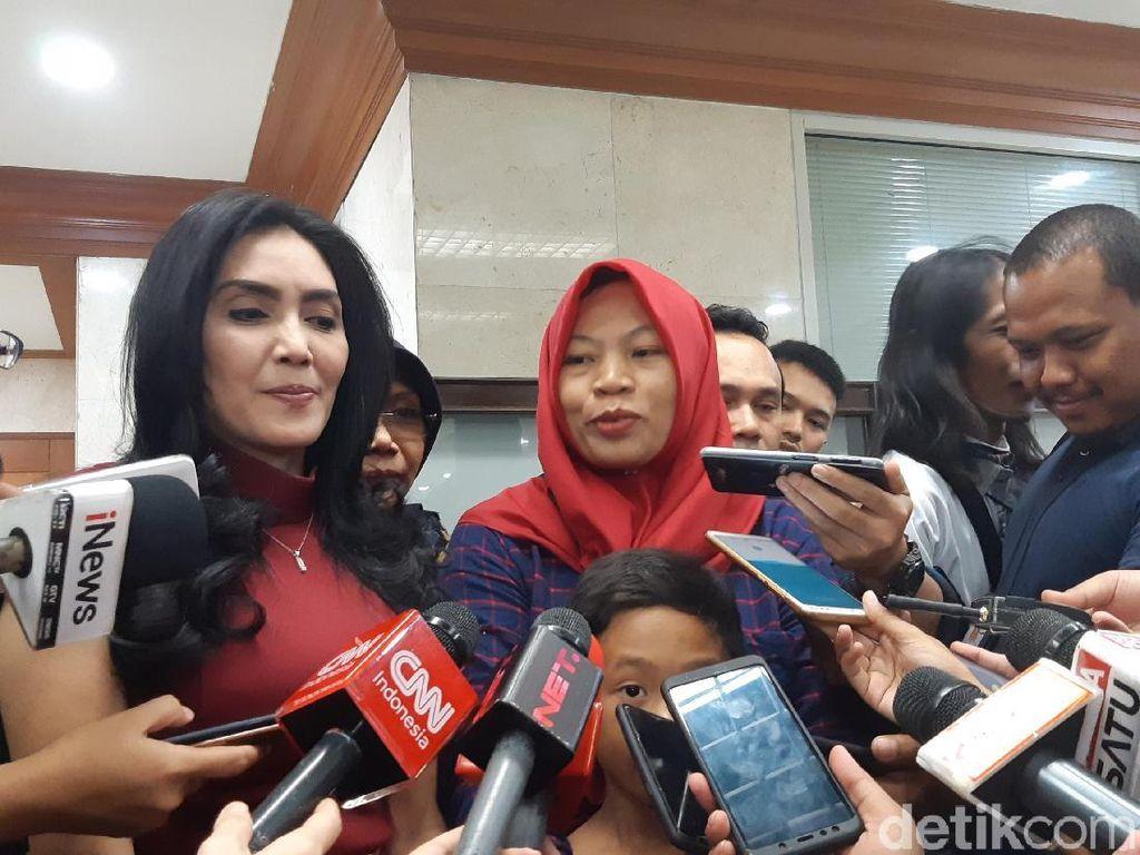 Hadir di Pleno Komisi III DPR, Baiq Nuril: Mudah-mudahan Lancar
