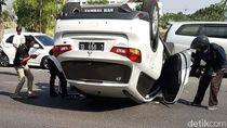 Sopir Mengantuk, SUV Terbalik di Depan Waduk Unesa