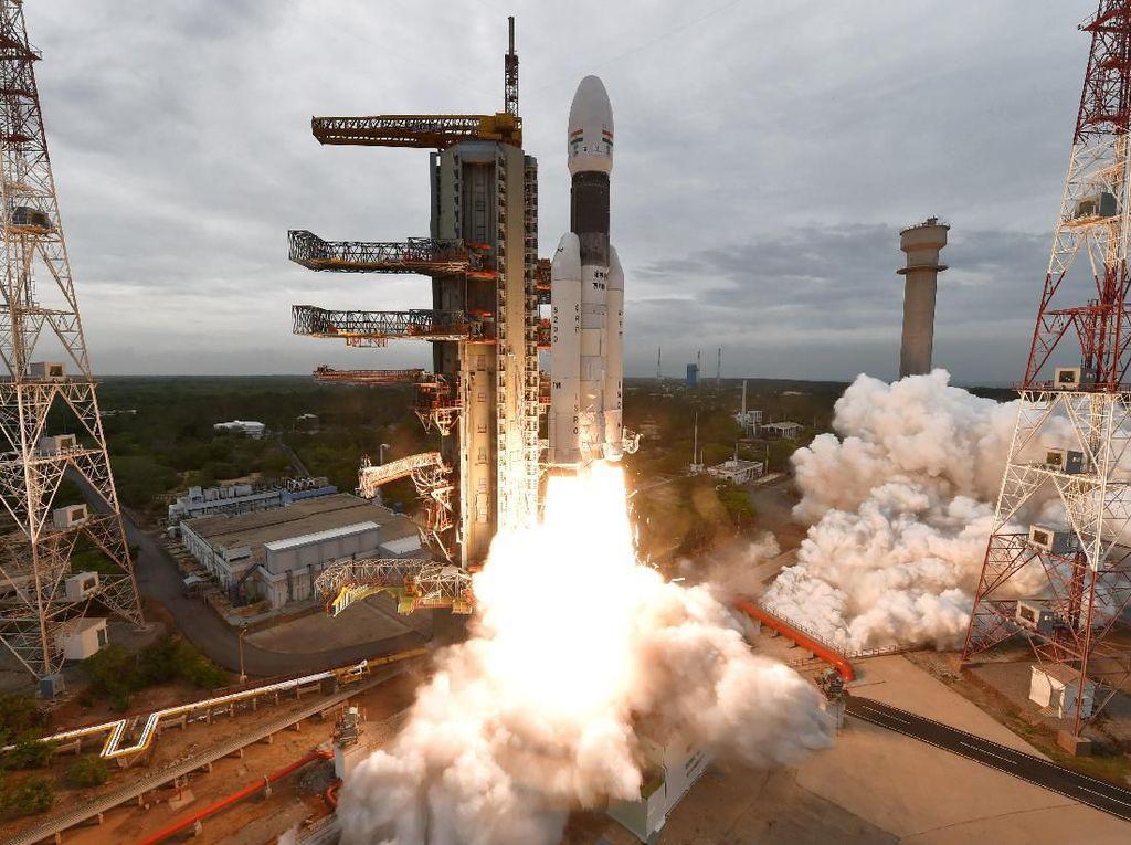 Melihat India Lesatkan Roket Menuju Bulan, Rakyat Merayakan
