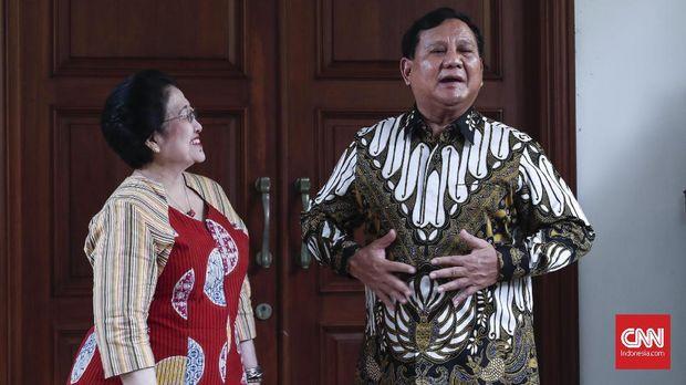 Ketua Umum PDI Perjuangan Megawati Soekarnoputri menemani Ketua Umum Partai Gerindra Prabowo Subianto usai pertemuan di Jakarta, Rabu, 24 Juli 2019. CNNIndonesia/Safir Makki