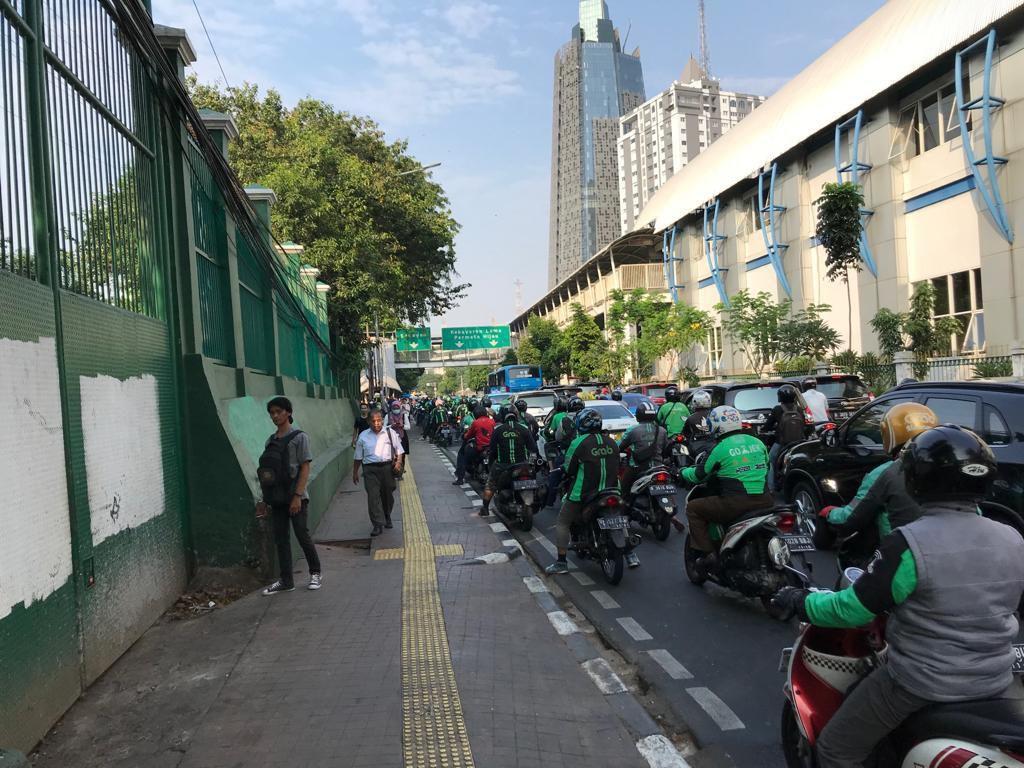 Ojol Bikin Macet Palmerah, Dishub: Penumpang Order Saat Masih di KRL