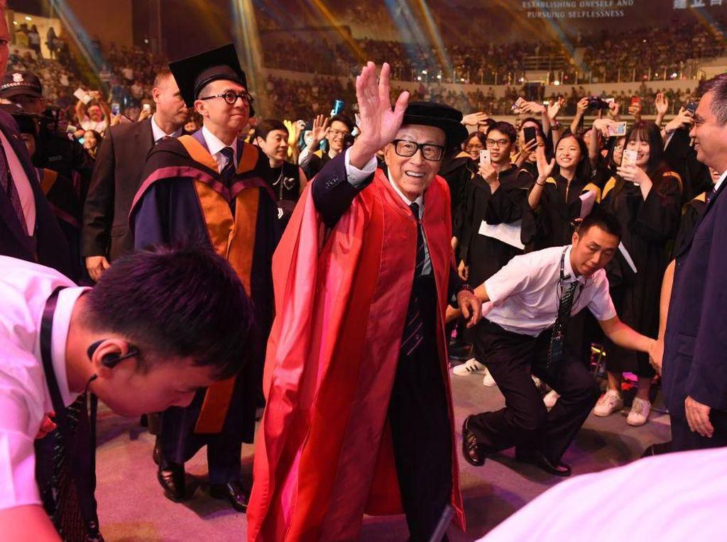 Miliuner Hong Kong Sumbang Rp 1,6 M ke Siswa yang Baru Ditemuinya di Bandara