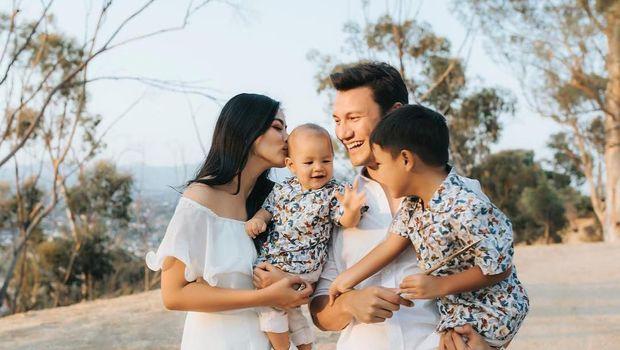 Titi Kamal bersama suami dan anak-anaknya