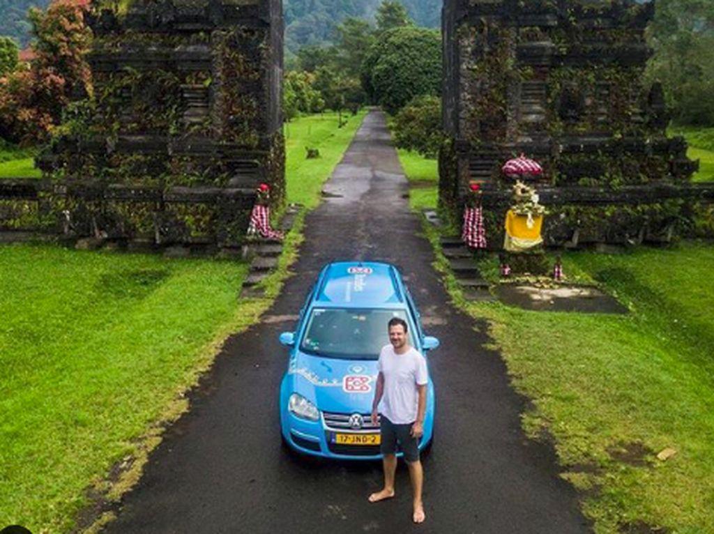 Foto: Traveling Keliling Dunia Naik Mobil Listrik
