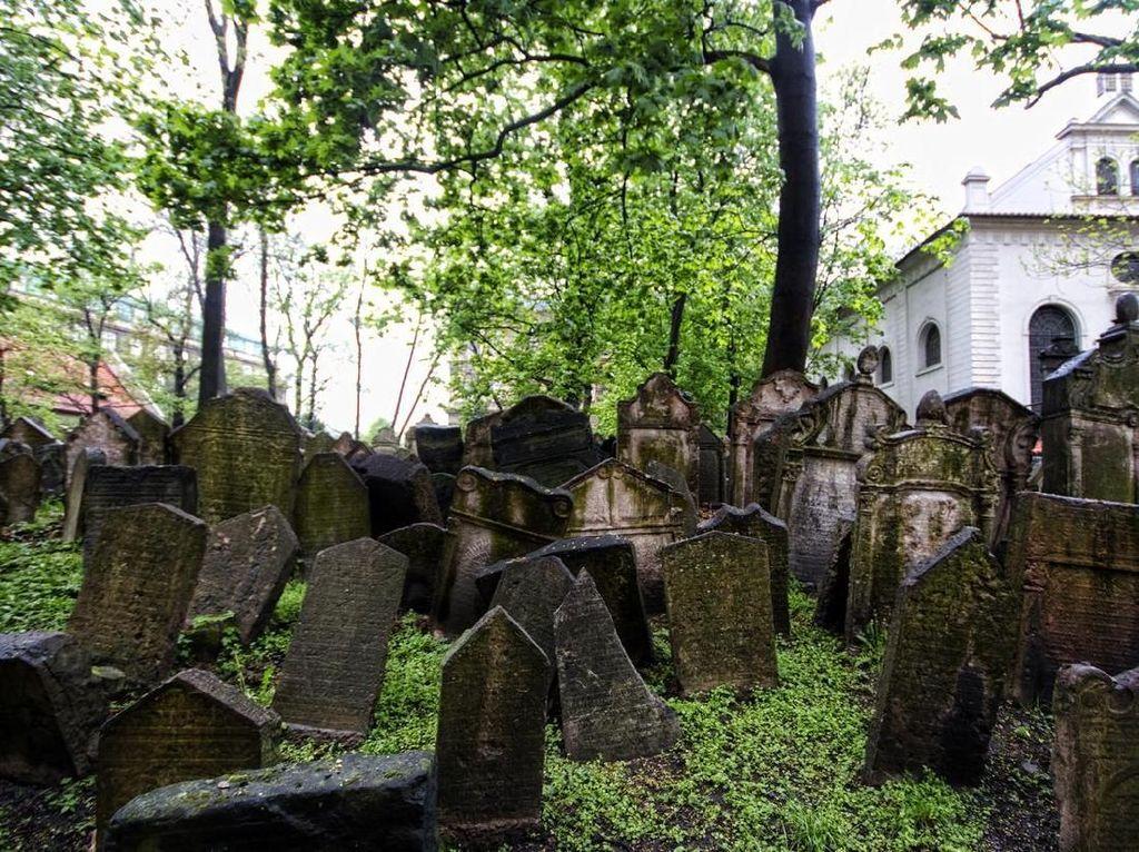 7 Kuburan Paling Seram di Dunia, Jangan Coba-coba Melindasnya!