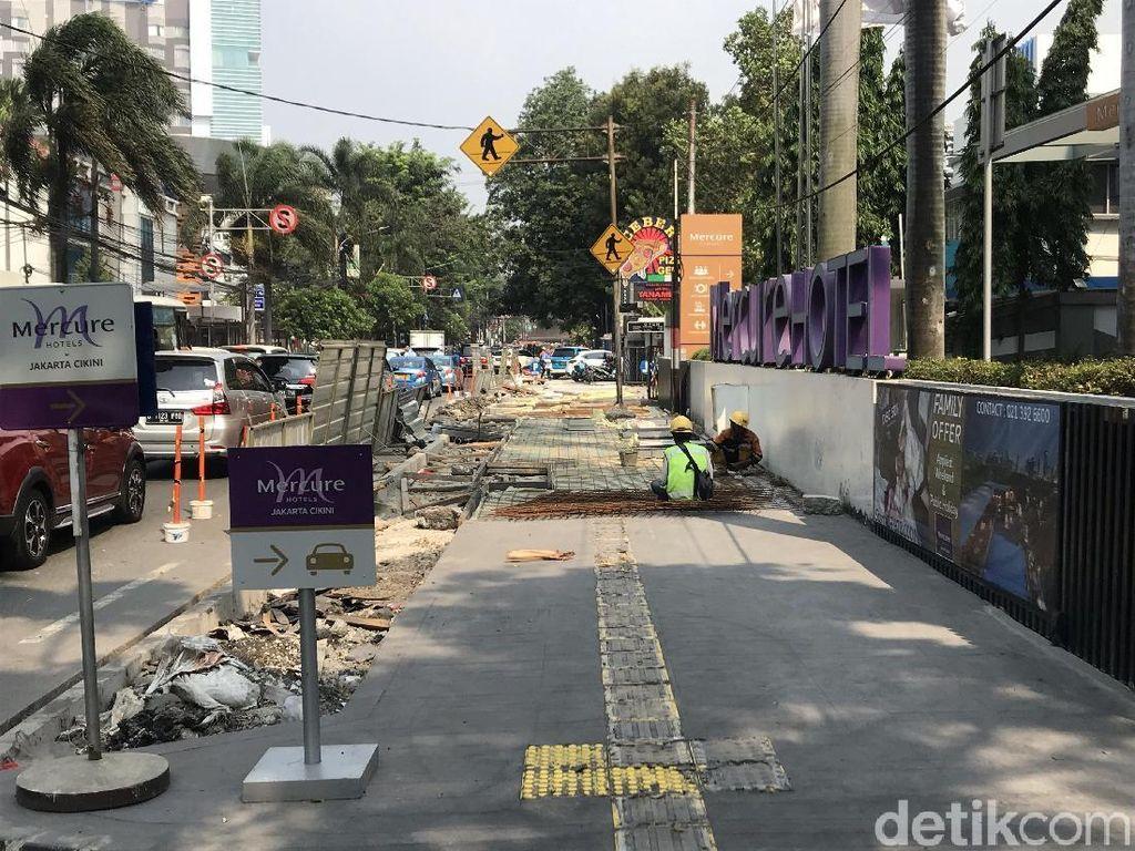 Melihat Proyek Pelebaran Trotoar yang Disebut Perparah Polusi di DKI