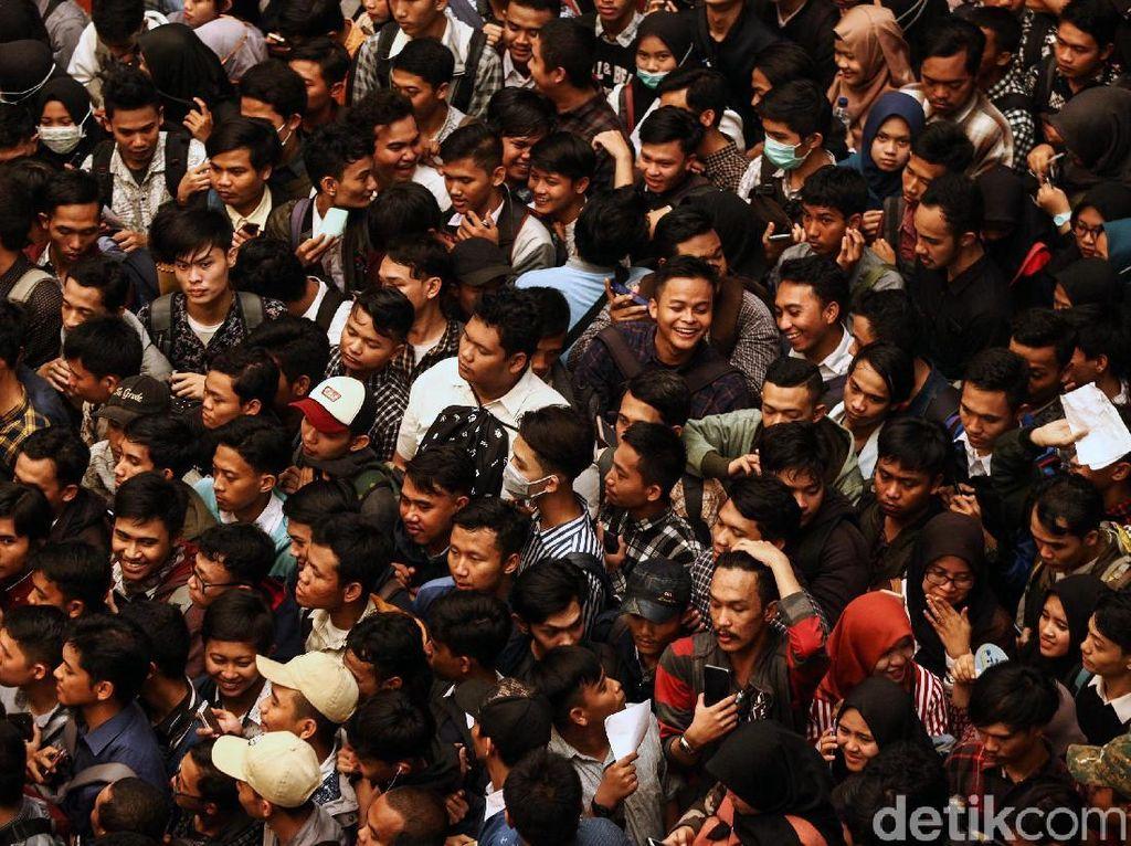 Penampakan Ribuan Pencari Kerja Serbu Job Fair Cilegon