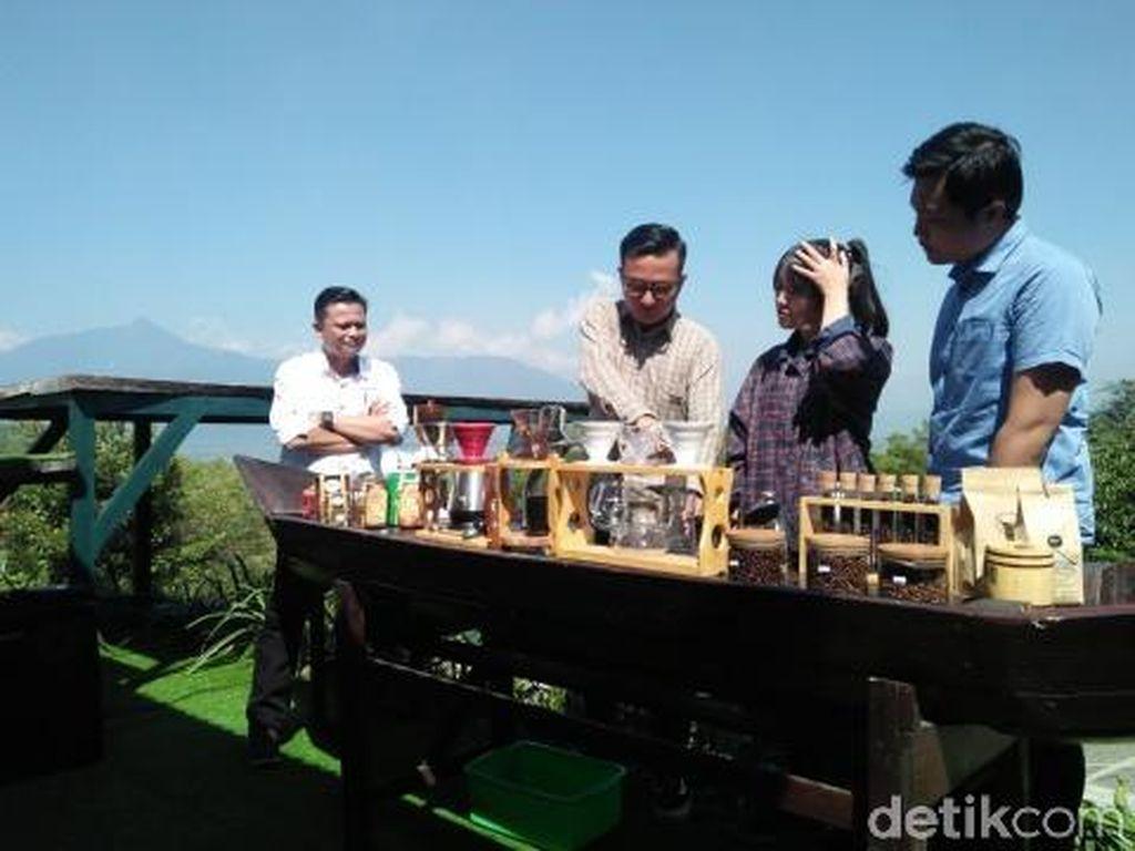Asyiknya Belajar Manual Brewing dengan Panorama Gunung Merbabu