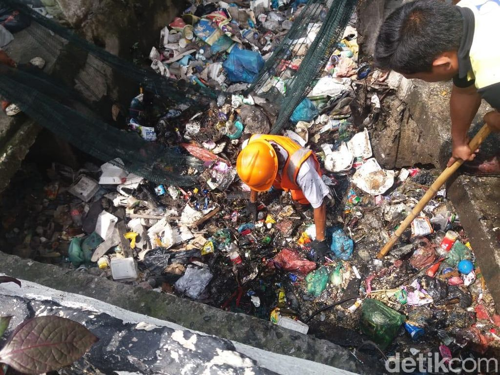 Jorok! Sampah di Got Kota Medan Setara Muatan 6 Truk