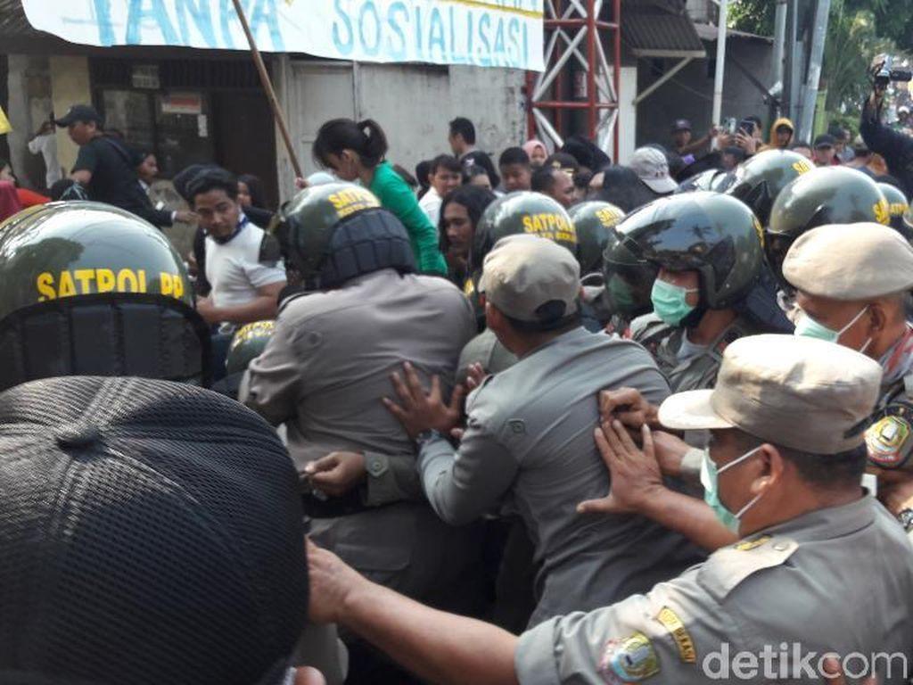Penggusuran Bangunan Liar di Bekasi, Warga Bentrok dengan Satpol PP
