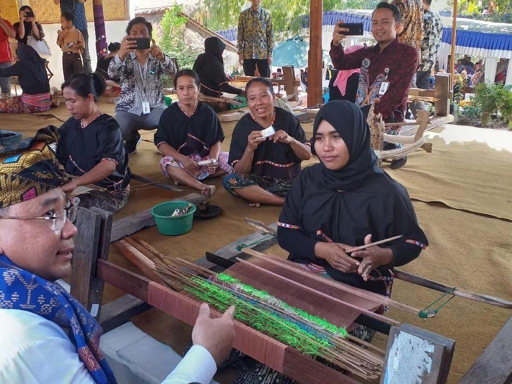 Kunjungan ke Lombok, Mendes Janji Bantu Para Penenun