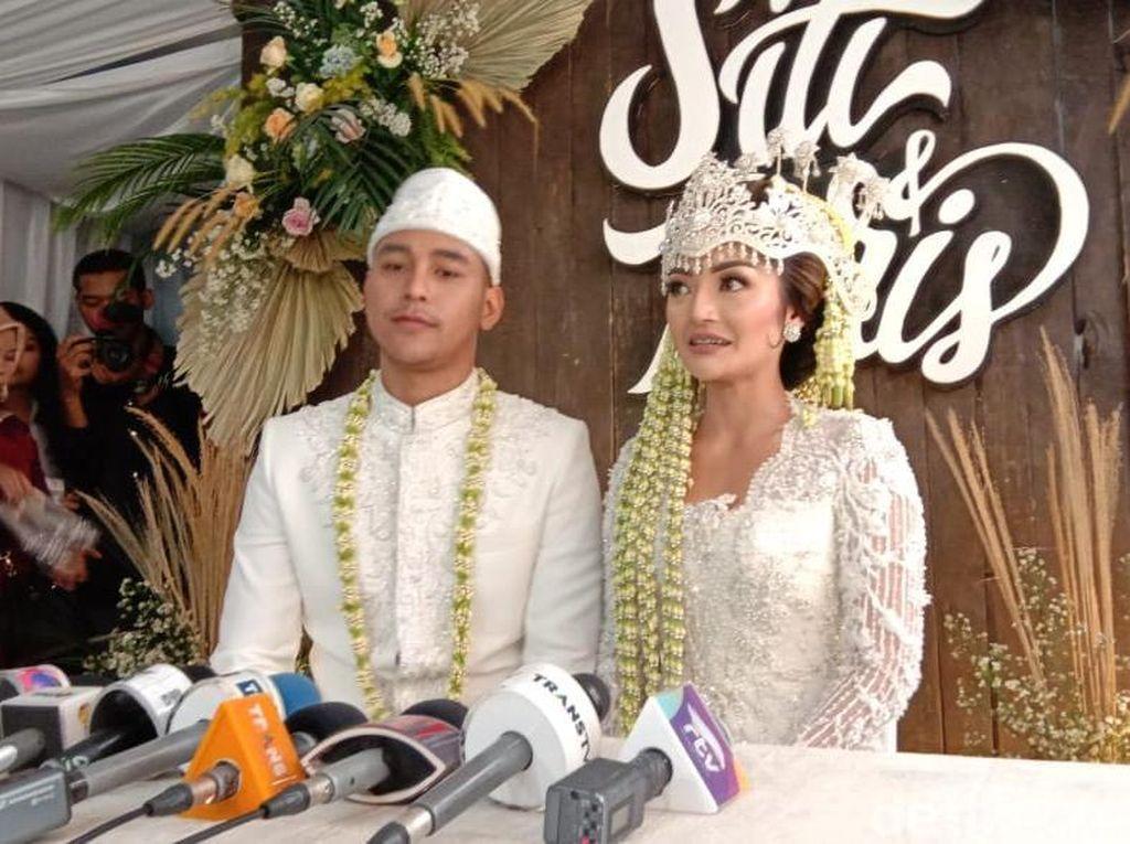 Gelar Akad di Rumah Ortu, Siti Badriah: Permintaan Emak Bapak