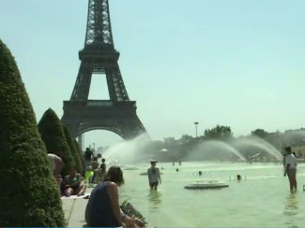 Foto: Saat Turis Basah-basahan di Kolam Menara Eiffel