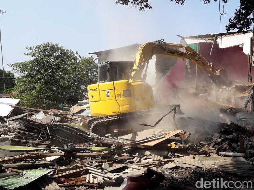 Warga-Satpol PP Sempat Bentrok, 74 Bangunan Liar di Bekasi Dirobohkan