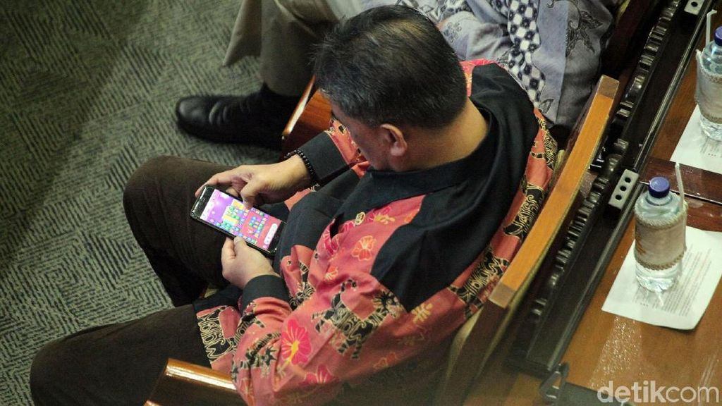 Duh! Anggota DPR Ini Malah Main Game Saat Rapat Paripurna
