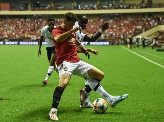 Pemain Manchester United, Daniel James, berebut bola dengan penggawa Tottenham Hotspur, Moussa Sissoko. (Foto: Hector Retamal/AFP)