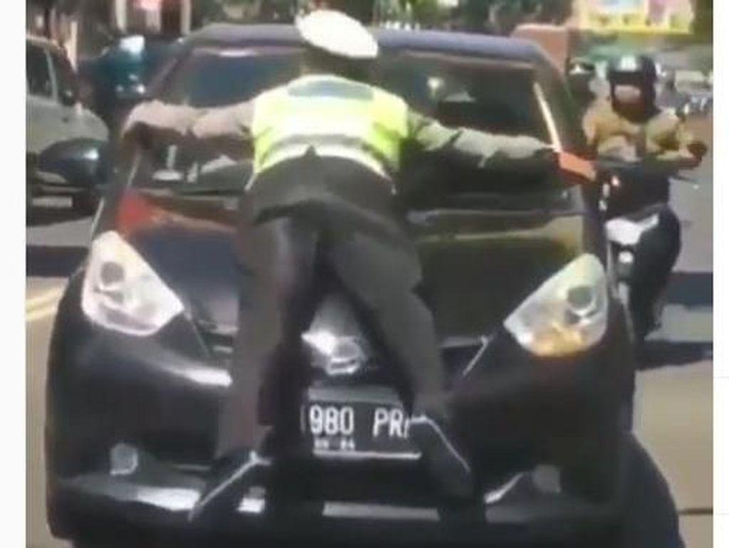 Pengendara yang Bikin Polisi Nemplok di Kap Mobil SIM-nya Harus Dicabut