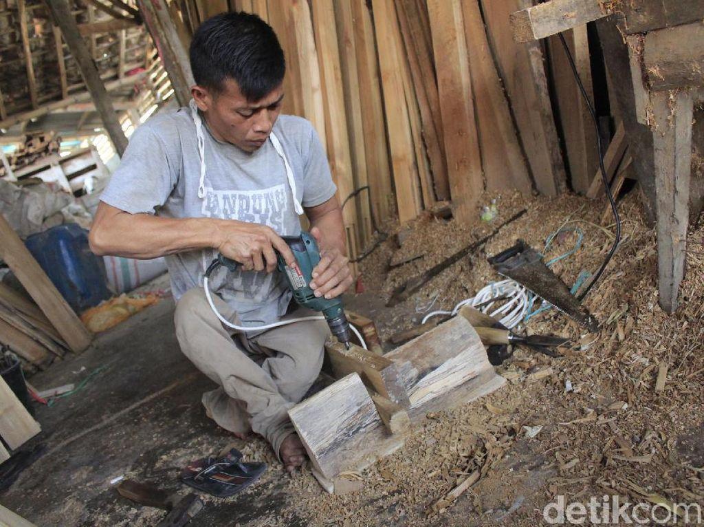 Semangat Baja Pria Difabel Pembuat Bingkai Kayu di Padalarang