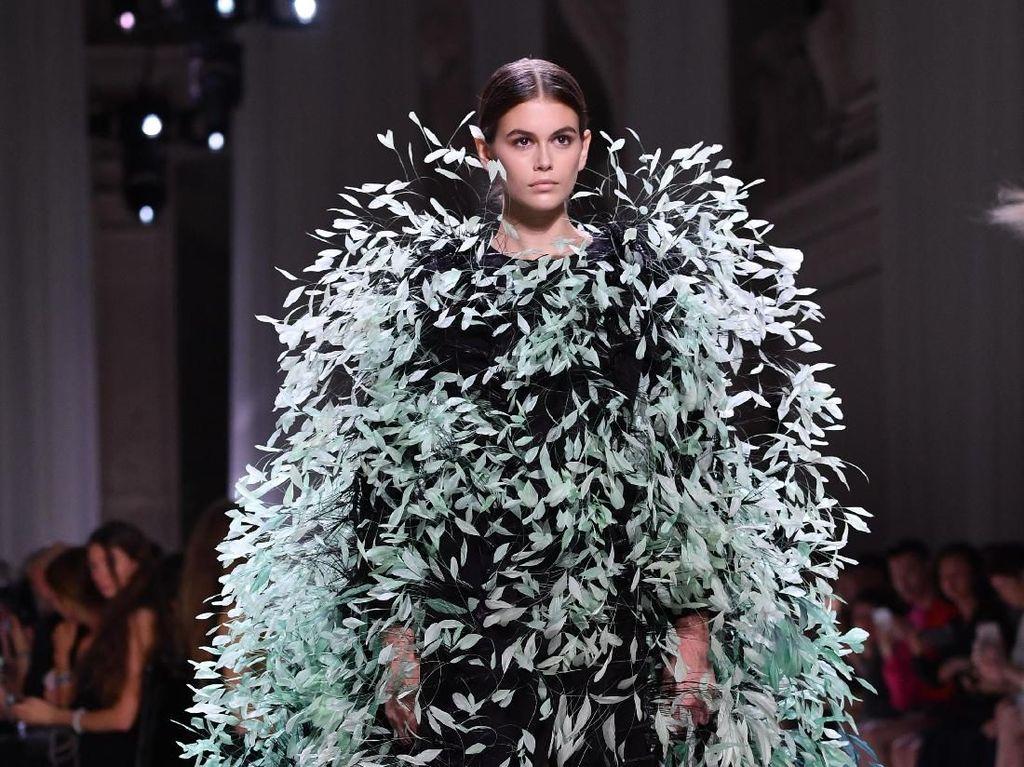 Foto: 14 Gaun dengan Aksen Bulu dari Givenchy Couture 2019