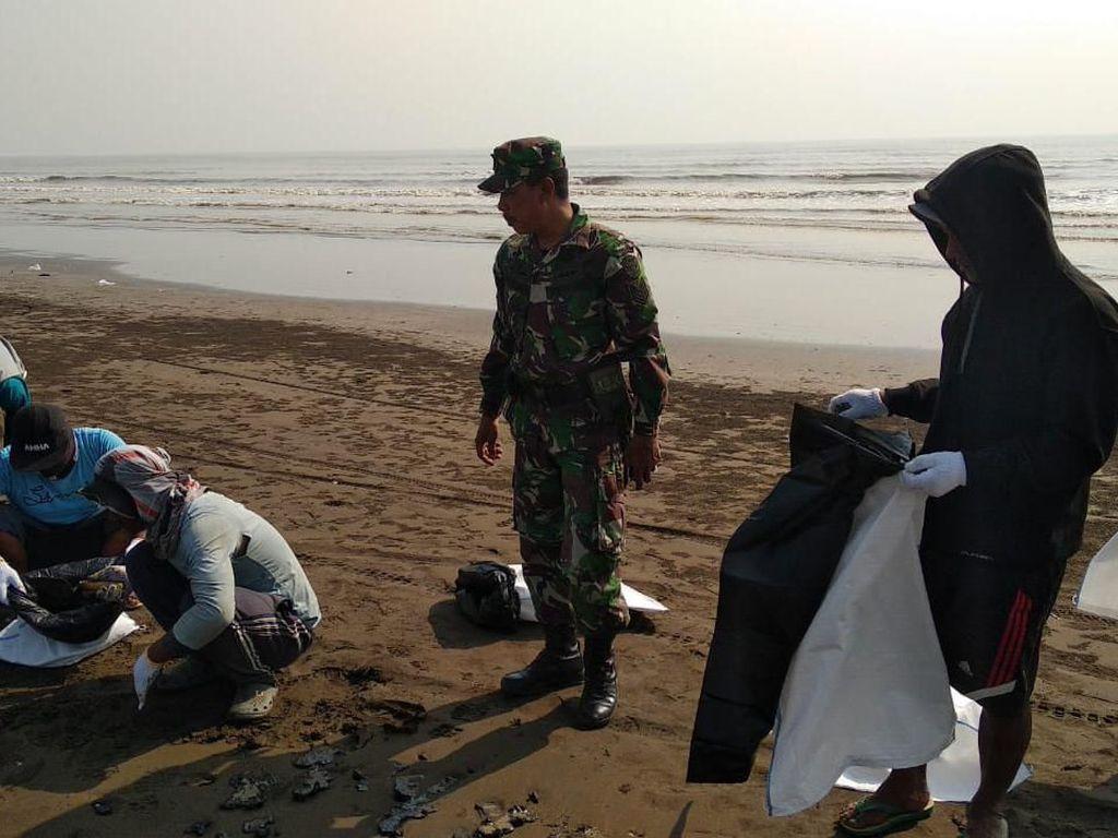 Pertamina Libatkan 100 Personel TNI Bersihkan Tumpahan Minyak