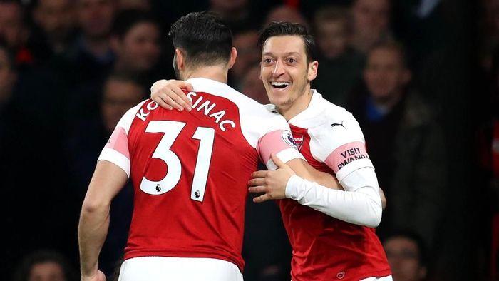 Belum diketahui kapan Mesut Oezil dan Sead Kolasinac bisa dimainkan Arsenal usai insiden ancaman keamanan. (Foto: Catherine Ivill / Getty Images)
