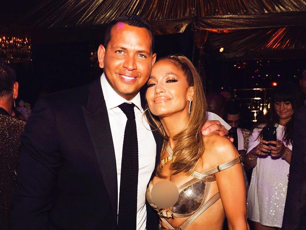 Foto: Rayakan Ultah Ke-50, Jennifer Lopez Seksi Berbalut Gaun Versace