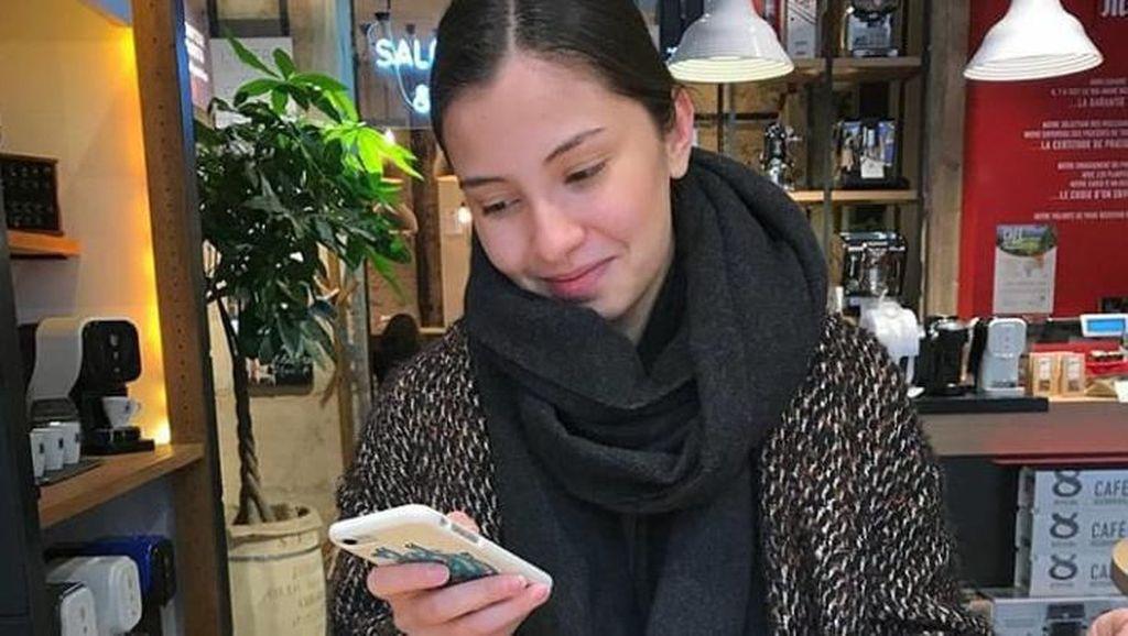 Gaya Asyik Nadine Kaiser Saat Nongkrong di Kafe