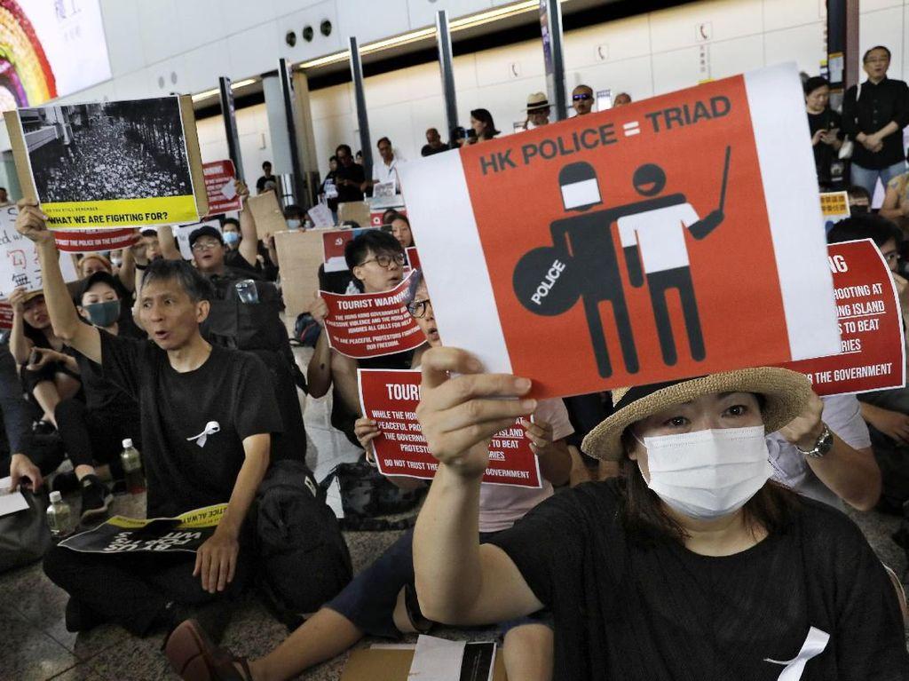 Lautan Demonstran Penuhi Bandara Internasional Hong Kong