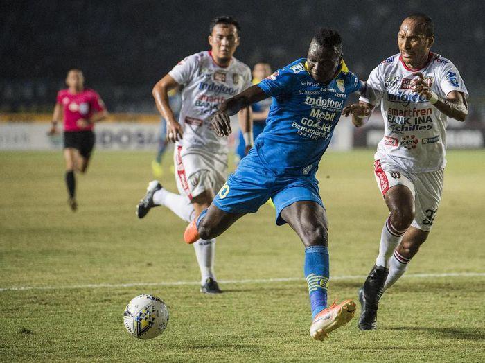 Ezechiel NDouassel terancam dua pemain Brasil yang trial ke Persib Bandung. (Foto: M Agung Rajasa/Antara).
