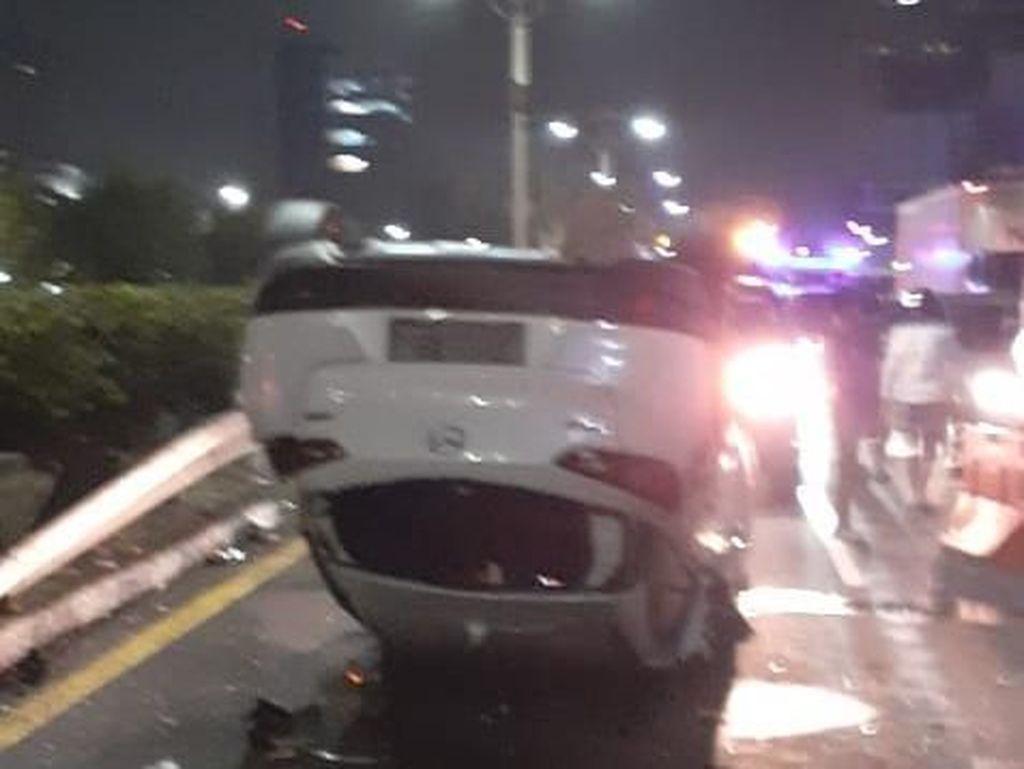 Mobil Terbalik di Tol Dalam Kota Arah Cawang