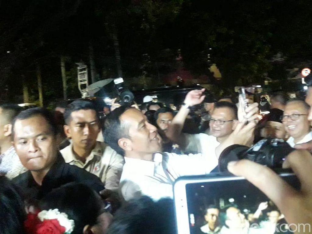 Tinggalkan Lokasi Pembubaran TKN, Jokowi Foto-foto Bareng Relawan