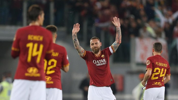 ROME, ITALY - MAY 26:  Daniele De Rossi of AS Roma greets the fans during his last match of the Serie A between AS Roma and Parma Calcio at Stadio Olimpico on May 26, 2019 in Rome, Italy.  (Photo by Paolo Bruno/Getty Images)