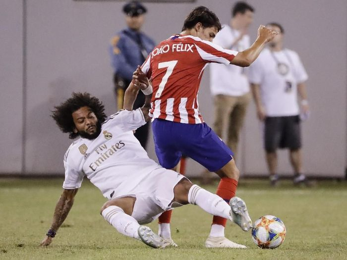 Aksi striker Atletico Madrid Joao Felix (kanan) saat menghadapi bek Real Madrid Marcelo di International Champions Cup 2019. (Foto: Frank Franklin II/AP Photo)