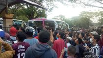 Kaca Pecah! Bus Persija Dilempari oleh Massa di Makassar