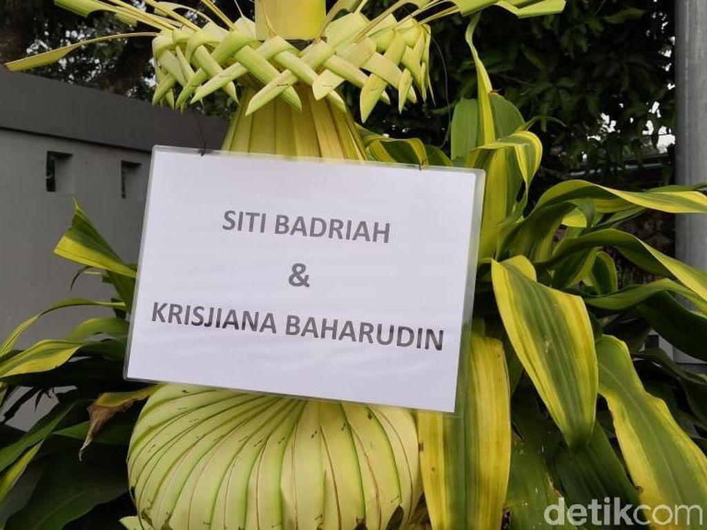 Sederet Artis Kirim Karangan Bunga di Pernikahan Siti Badriah